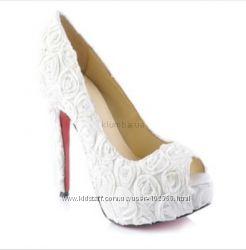 Белоснежные туфли с красной подошвой