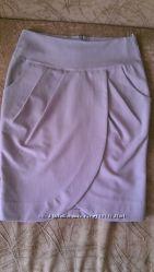 Серая офисная юбка с разрезом спереди