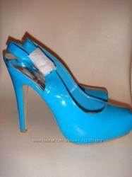 Ярко-голубые босоножки