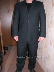 Классический костюм на 2 шлицах черный в белую полоску одет один раз