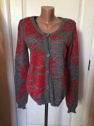 Женская очень теплая , серая кофта в красный орнамент, с круглым вырезом не