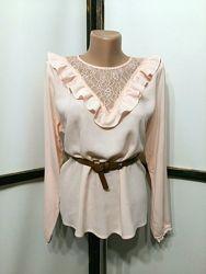 Нарядная пудровая блуза блузка блузочка с кружевом и оборками бренд divided