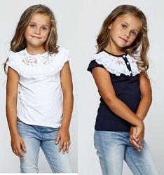 Трикотажная белая/синяя блузка с кружевом.