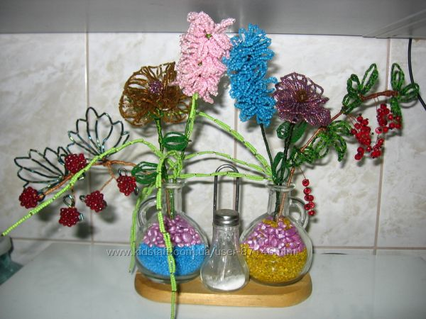 Композиция цветов и ягод ручной работы из бисера